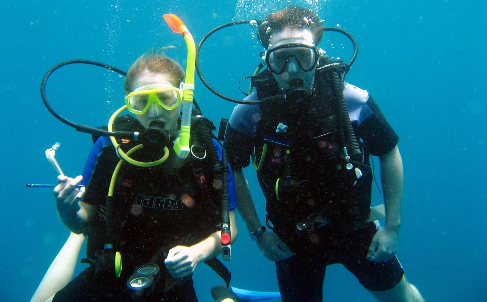 タイの海でダイブマスターのトレーニングを受けるボランティアたち